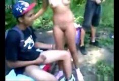 Novinha na suruba no mato com amigos de escola