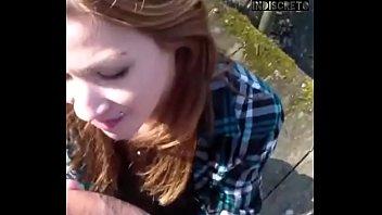 Novinha ruivinha pagando um gostoso boquete no pau