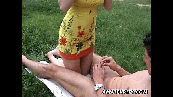 Chupando ao ar livre, e dando a bucetinha gostosa