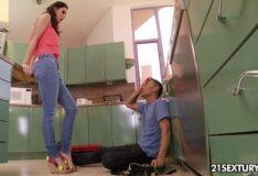 Morena batendo punheta pro namorado com os pés