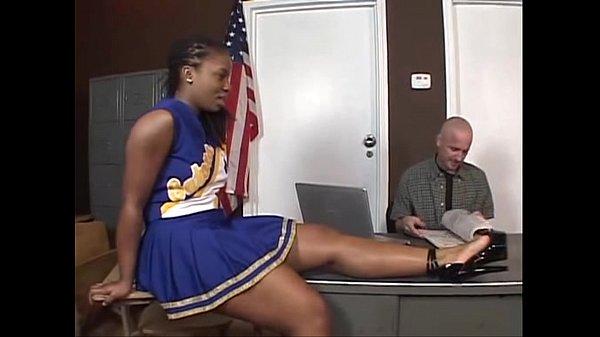 Professor comendo a aluna morena puta gostosa na sala