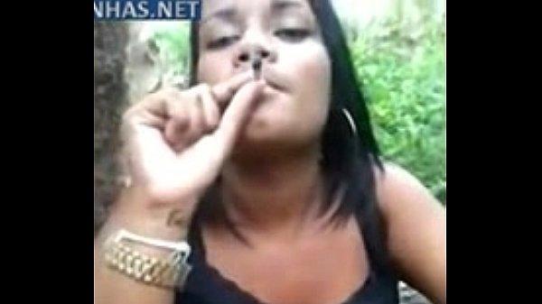 Viciada pagou um boquete em troca de um cigarro