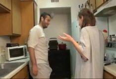 Vizinho botando a loirinha pra pagar boquete na cozinha