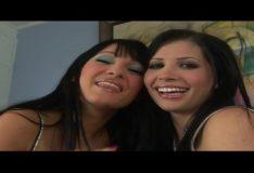 Duas deliciosas irmãs gostosas caindo no pauzão