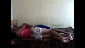 Ninfeta mulher experimentando uma pirocona