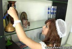 Empregada ninfeta dando a bucetinha raspada
