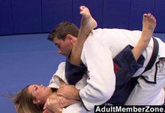 Fingiu uma lesão pra foder com o instrutor de judo